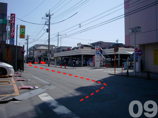 09. イトーヨーカドーに突き当たったら左折し,駐車場沿いに進みます。