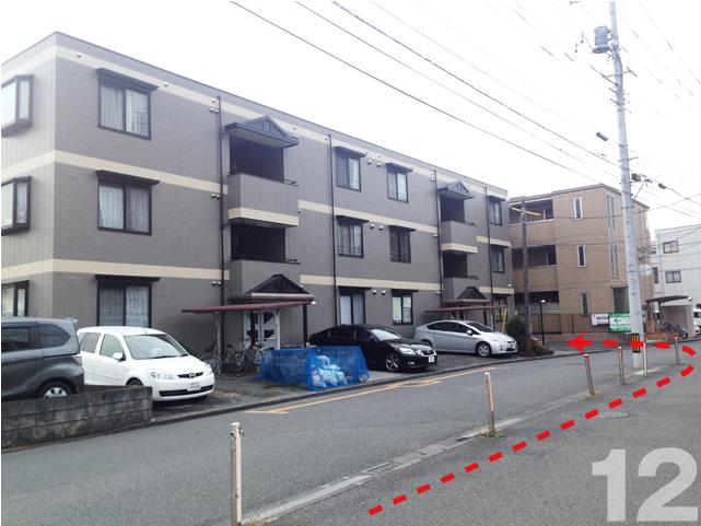 12.左側にある3階建のグレーのマンション(セントラルパレス)が事務所です