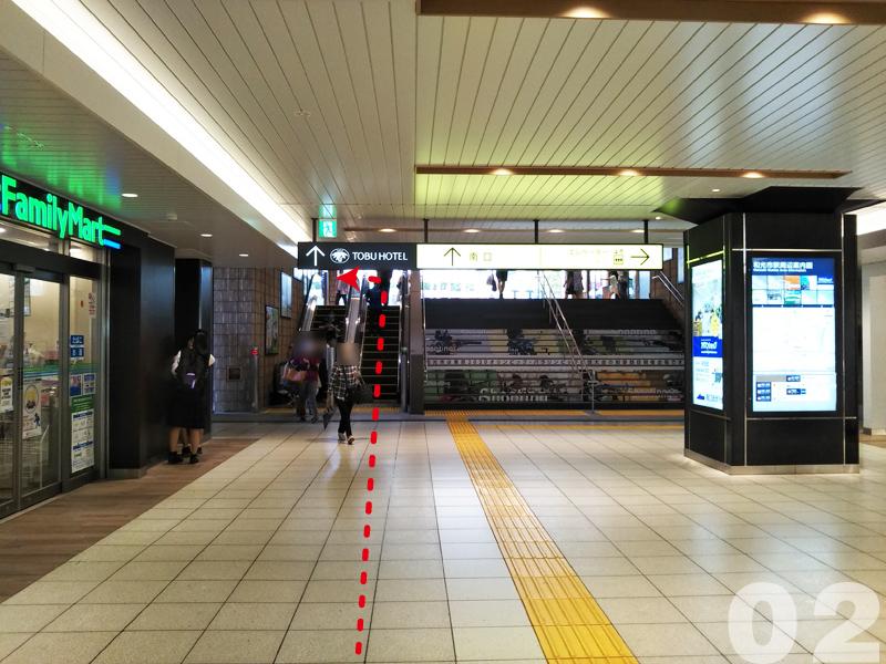 02.駅構内のファミリーマートの前を通り,エスカレーターを上がって南口に出ます。
